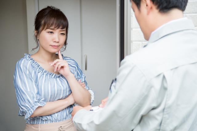 引っ越し業者と女性
