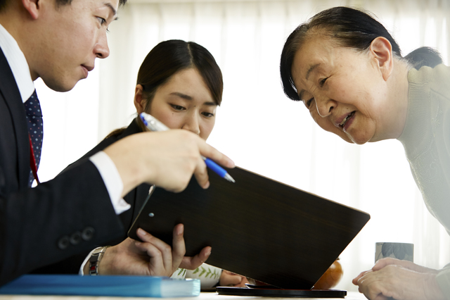 高齢女性と業者