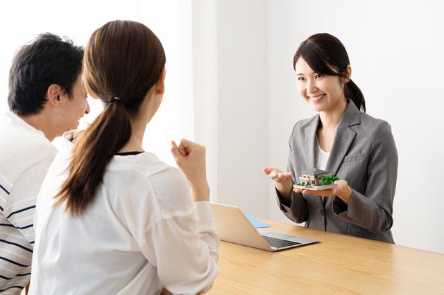 不動産会社の女性のイメージ