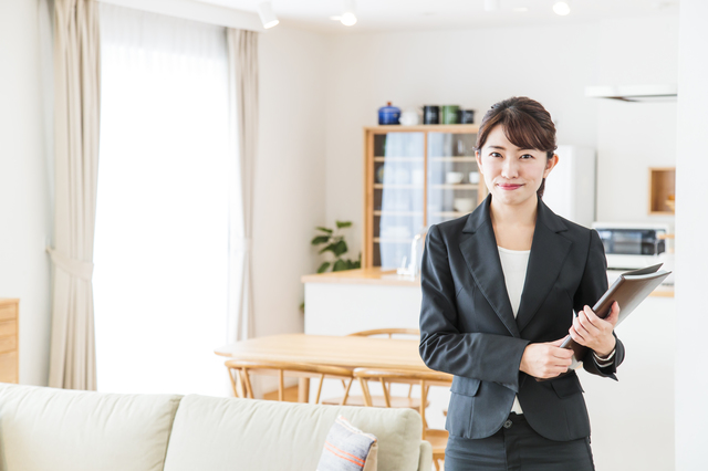 不動産業者の女性のイメージ