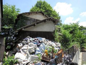 ごみ屋敷になって崩れかけている空き家
