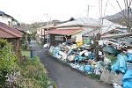外までゴミが溢れている一軒家のゴミ屋敷