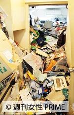 壁が破れるほど部屋中に充満したゴミの写真