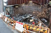 警告が貼られたゴミ屋敷を道路から撮影した写真