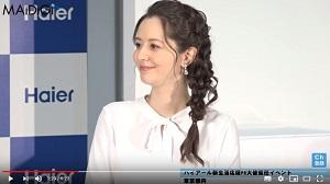 イベントでインタビューに答えられる、春香クリスティーンさん