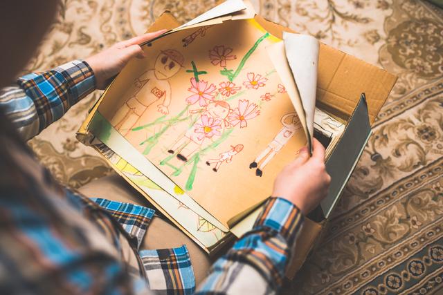 子供時代に描いた絵が遺品整理で出てきた場面