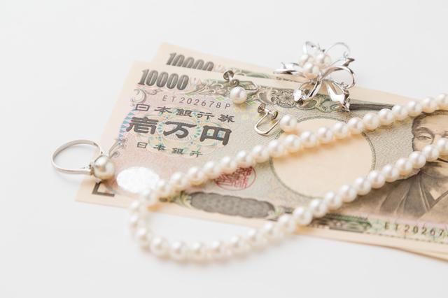 お金とネックレス