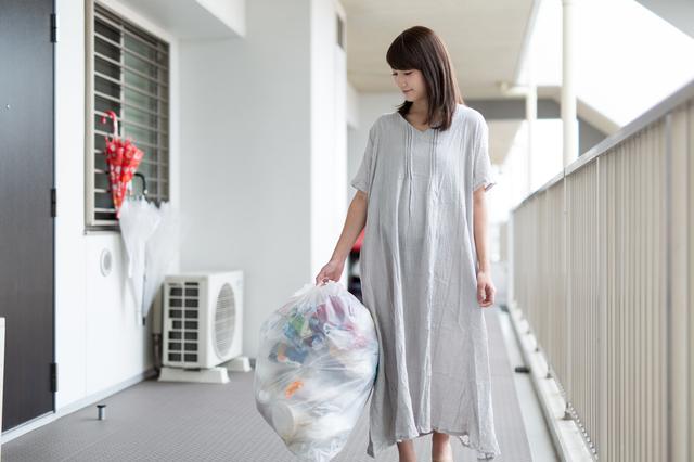 ゴミ捨てする女性