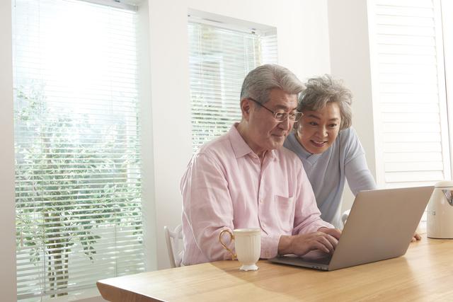 パソコンと老夫婦