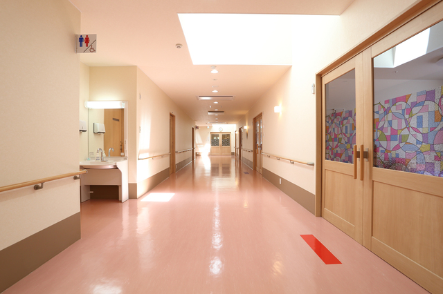 老人ホームの廊下