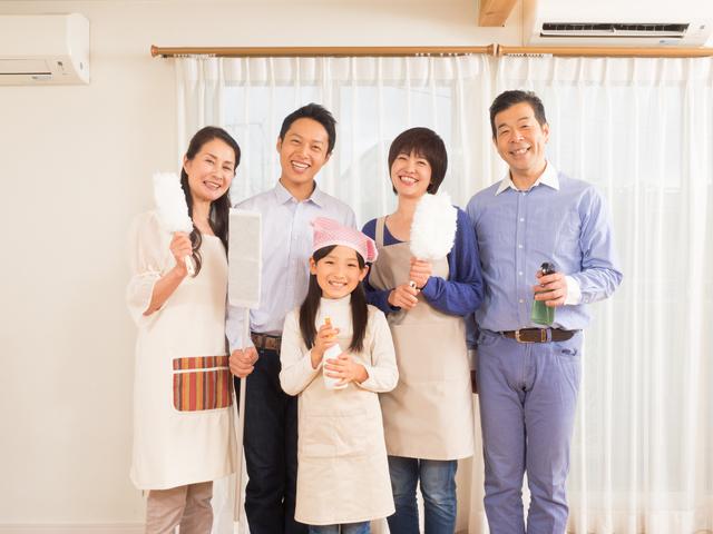 大掃除を始める家族