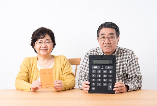 電卓を持つ夫婦
