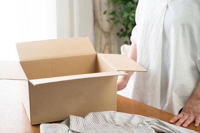 箱詰めをする女性